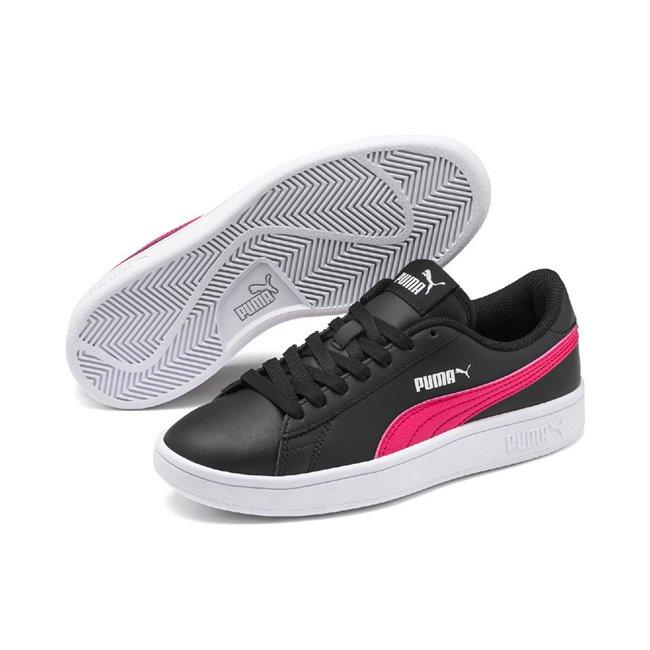 PUMA Smash v2 L dámské boty, Barva: černá, Materiál: Svršek: kůže, Podešev: guma, Ostatní: Dětské boty PUMA Smash v2 L jsou novou interpretací svého předchůdce PUMA Smash icon. Jsou vyrobeny z kvalitního měkkého semiše, podrážka je z vylepšené pryže, takže velmi stabilní na povrchu. Vhodná pro každodenní nošení.  - Objednejte nyní online na Pumashop.cz.