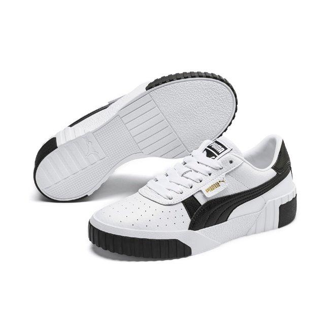 PUMA Cali Wns dámské boty, Barva: bílá, Materiál: Svršek: kůže, Mezipodešev: guma, Podešev: guma, Ostatní: Sportovní boty Cali Wn s jsou vyrobeny z trvanlivého a kvalitního materiálu a disponují krásným moderním vzhledem. Celkově je bota velmi odlehčená, ale zároveň stabilní. Vhodná pro každodenní používání. - Objednejte nyní online na Pumashop.cz.