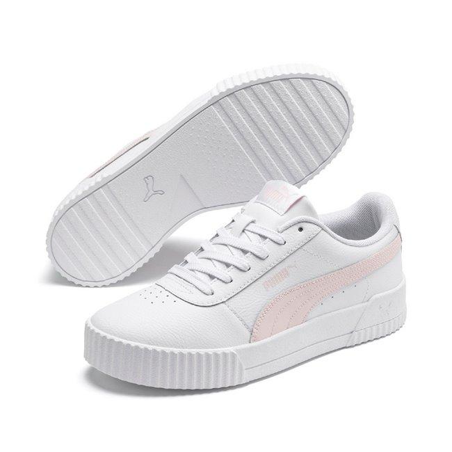 PUMA Carina L dámské boty, Barva: bílá, Materiál: Svršek: kůže, syntetická kůže, Podešev: guma, Ostatní: Boty Carina L čerpají inspiraci od svých předchůdců z 80. let - jsou potaženy kvalitní syntetickou kůží, vnitřek boty je vyplněn speciální pěnou SoftFoam+, a zvenku je bota zdobena logem PUMA. Vhodná obuv pro každý den. - Objednejte nyní online na Pumashop.cz.